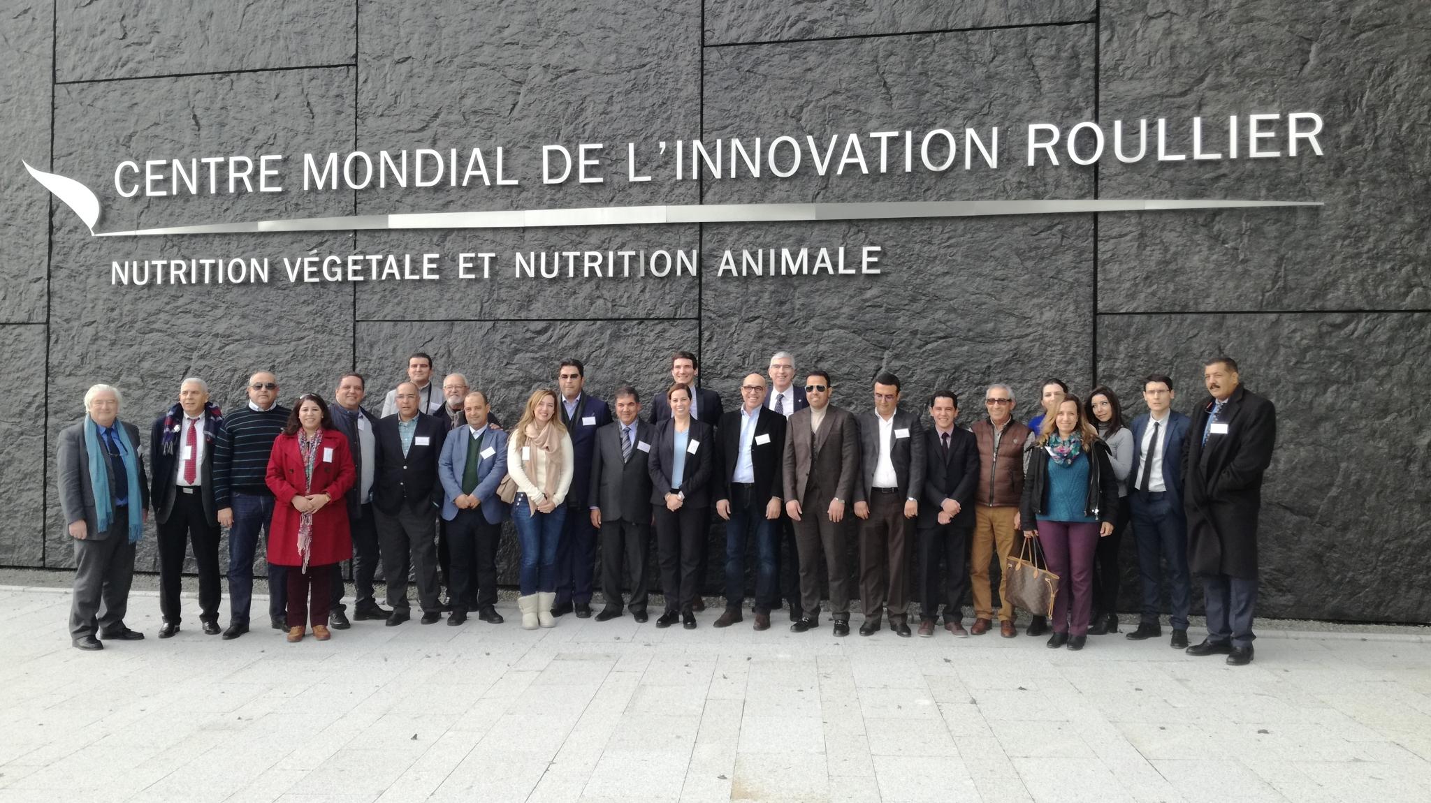 Photo des participant devant le centre mondial de l'innovation rouiller