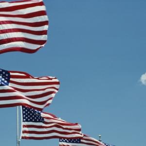 plusieurs drapeaux américains à la suite